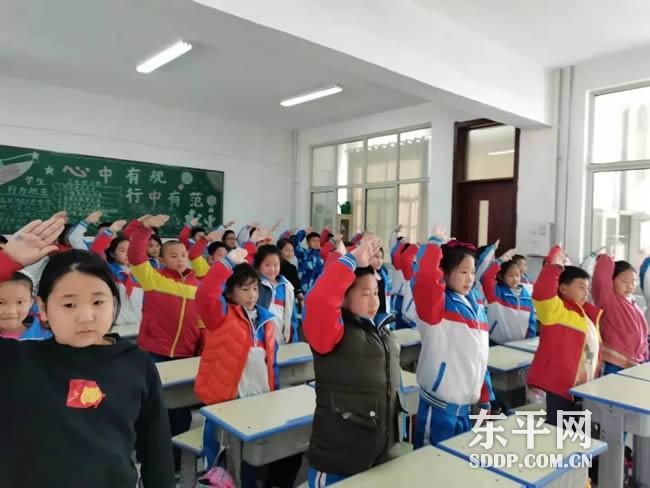 """东平县实验小学开展""""我向党旗敬个礼""""主题队会活动"""